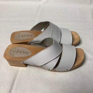 5/$25 RAMANO White Leather Wooden Heel Sandals 7